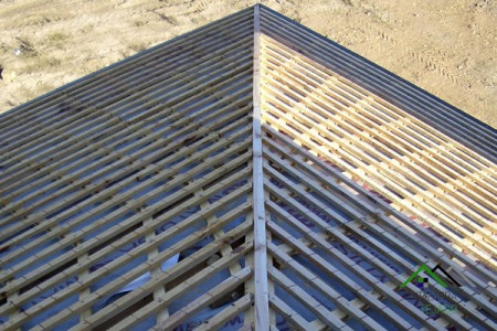 Rastrelado vertical sobre estructura de madera para pizarra natural.