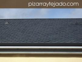 Detalle de beatas en faldón de cubierta de pizarra natural. Foto de pizarra para tejado.