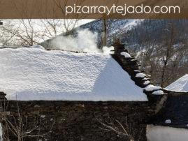 Foto de cubierta de pizarra nevada en León.