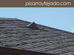 Foto de pizarra para tejado. Detalle de beata situada cerca de la cumbrera de pizarra. Venta de pizarra natural para cubiertas y tejados.