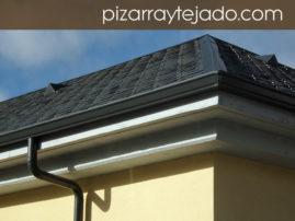 Foto de pizarra para tejado. Detalle de beatas situadas en ambos faldones de cubierta de pizarra.