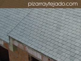 Foto de tejado de pizarra natural en edificio de viviendas en León.