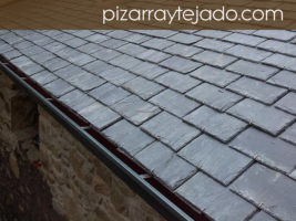 Fotografía de tejado de pizarra gris de León. Promoción de viviendas.