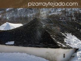 Fotografía de tejados de pizarra rústicos en León.