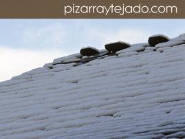 Remate de cumbrera en tejado de pizarra natural.
