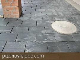 Colocación de plaqueta de pizarra para suelos exteriores, antes de rejuntado. Pizarra de León.