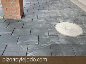 Colocación de plaqueta de pizarra 35x25 para suelos exteriores, antes de rejuntado. Pizarra de León.