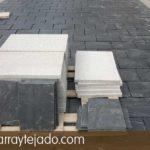 Colocación de granito y pizarra natural para suelos exteriores. Formato de la plaqueta de pizarra natural para suelos exteriores: 35x25.