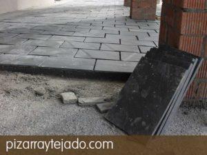 Colocación de plaqueta de pizarra natural para suelo exterior. Formato 35 x 25. Color negro.