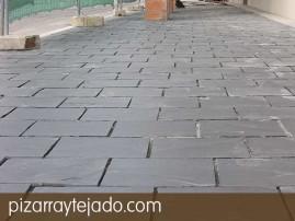 Colocación de plaqueta de pizarra natural de León en suelo exterior, antes de rejuntado Formato 35 x 25.