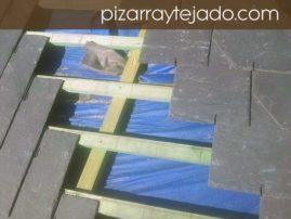 Detalle de doble rastrel y colocación de pizarra natural con grapa. Cubierta de 500 m2 en Europa.