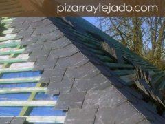 Detalle de doble rastrel y limatesa con pizarra natural de León. Tejado de 500 m2 en Europa.