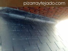 Detalle ejecución de encuentro con chimenea de cubierta con pizarra natural de León. Obra de 500 m2 en Europa.