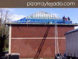 Ejecución de cubierta en pizarra natural de León. Labor de rastrelado en cubierta de 500 m2 en Europa.