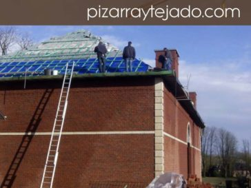 Ejecución de rastrelado para colocación de pizarra de León en cubierta de 500 m2 en Europa.