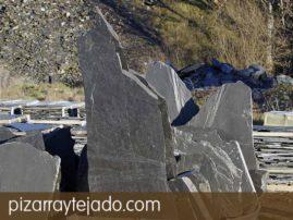 Monolitos de pizarra y piezas masivas de pizarra natural. Origen León.