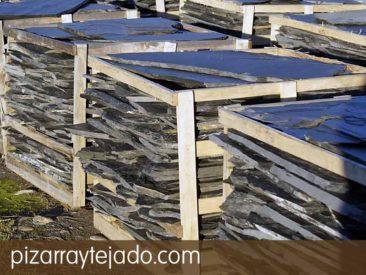 Pallet de pizarra para suelo exterior. Paso irregular de pizarra natural, flagstone, feet stone y flat pebbles. Origen León.
