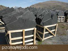 Pallets de pizarra natural en formato irregular para tejados y cubiertas.  Pizarra en rama. Pizarra granel.