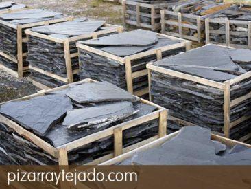 Pizarra suelo exterior e interior. Pallet de pasos irregulares de pizarra natural, flagstone, feet stone y flat pebbles. Origen León.