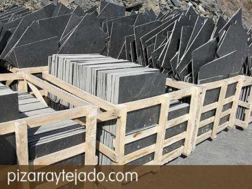 Plaqueta de pizarra natural para suelos, fachadas y revestimientos. Formatos standard y personalizados. Acabado rústico (sin calibrar) para exteriores. Cantera en León.