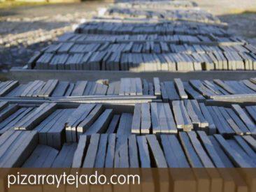 Plaqueta de pizarra natural para suelos, fachadas y revestimientos. Acabado rústico (sin calibrar) para exteriores. Cantera en León.