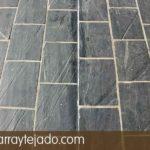 Detalle de junta de dilatación en suelo de plaqueta de pizarra para suelos exteriores.