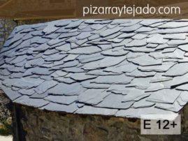 Colocación de pizarra en tejados. Pizarra rústica. Formato irregular E12+. Decoración rústica de cubiertas. Permite recortes. Pizarra en rama. Pizarra granel.