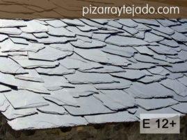 Decoración rústica de tejados. Excelente pizarra para tejados. Formato E12+ irregular para acabado rústico.  Pizarra en rama. Pizarra granel.