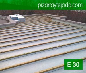 Colocación del rastrel vertical para la colocación de pizarra en tejado. Slate roofing. Ardoise. Ardosia. Schiefer.