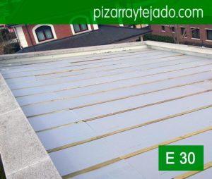 Fase de rastrelado y colocación del aislamiento térmico previa a la colocación de pizarra en tejado. Schiefer. Natural slate. Ardoise naturelle.