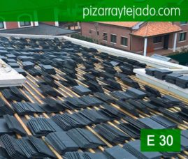 La fijación de las piezas se realiza con puntas inoxidables para la colocación de pizarra negra del Bierzo. Slate roofing. Toiture ardoise. Schiefer dach. Ardosia.