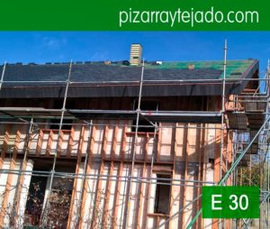 Colocación de tejado de pizarra por expertos colocadores de pizarra del Bierzo vivienda en Horebeke, Bélgica. Piedra pizarra tejado.