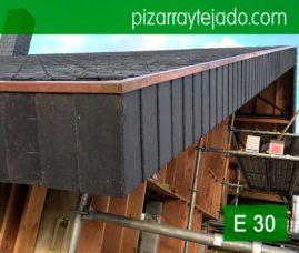 Colocación de pizarra natural en tejado. Cubierta en Horebeke, Bélgica. Servicio de colocación de pizarra en España y en Europa. Equipos de maestro pizarrista expertos en colocación de pizarra con experiencia en Europa