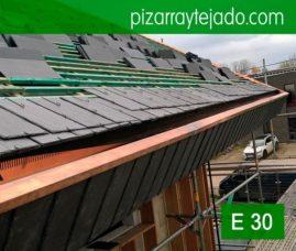 Preciosos remates en cobre en tejado de pizarra natural ejecutados por pizarristas de León. Vivienda situada Horebeke, Bélgica. Spanish Slate.