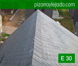 Bonito remate de cumbrera de pizarra natural de León. Colocación de tejado de pizarra por pizarristas del Bierzo vivienda en Horebeke, Bélgica.