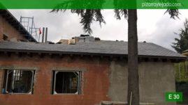Colocación de pizarra en Madrid. Pizarra para tejados en Madrid. Obra en Colmenar Viejo. Pizarra del Bierzo 50x25.