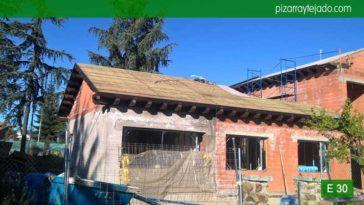 Ejecución de tejados de pizarra Madrid pizarra natural. Pizarra barata Madrid. Fase de colocación de piedra pizarra cubierta Madrid. Tejado de pizarra negra del Bierzo en tejado Madrid.