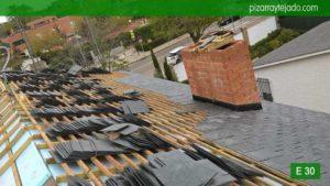 Fase de colocación de piedra pizarra cubierta Madrid. Tejado de pizarra negra del Bierzo en tejado Madrid.