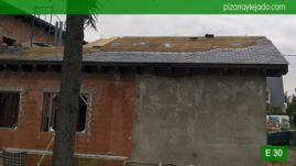 Inicio de colocación de pizarra negra 50x25 de León en tejado de pizarra en Madrid.