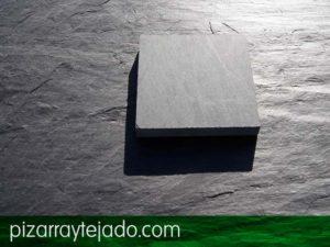 Placa de pizarra serrada sobre pizarra con superficie natural. Pizarra superficie serrada.
