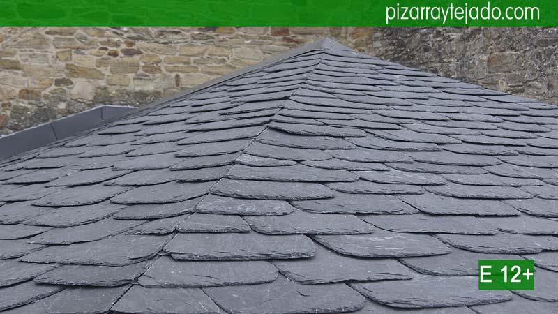 Impresionante tejado de pizarra en iglesia en villafranca for Tejados de madera y pizarra