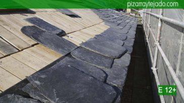 Construcción de alero de pizarra de gran formato. Precio pizarra tejado.