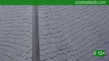 Cumbrera de zinc en tejado de pizarra del Bierzo. Colocación pizarra tejado precio. Detalle de arista francesa pizarra granel redondeada. Colocación de pizarra en tejados y cubiertas.