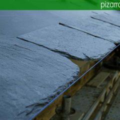 Fase de montaje de estructuras de madera y colocación de cubiertas de pizarra del Bierzo.