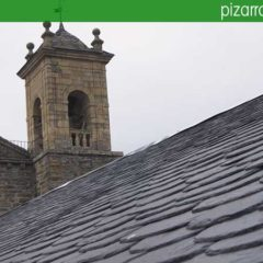 Impresionante tejado de pizarra en iglesia en Villafranca del Bierzo.