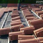 Colocación de tejas mixtas sobre doble rastrel de madera tratada y membrana impermeable y transpirable entre los rastreles.
