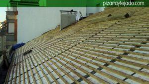Aislamiento térmico y doble rastrel de madera tratada. La membrana se coloca entre el rastrel vertical y el horizontal.