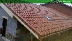 Cubierta de teja mixta con tres Velux para teja. Montaje de ventana Velux Bierzo.