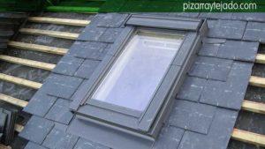 Colocación de ventanas de techo Velux en cubiertas de pizarra.