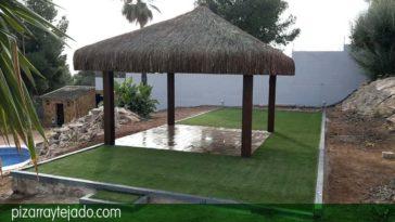 Escalones de pizarra. Precioso espacio abierto con borduras de pizarra de León y césped artificial.